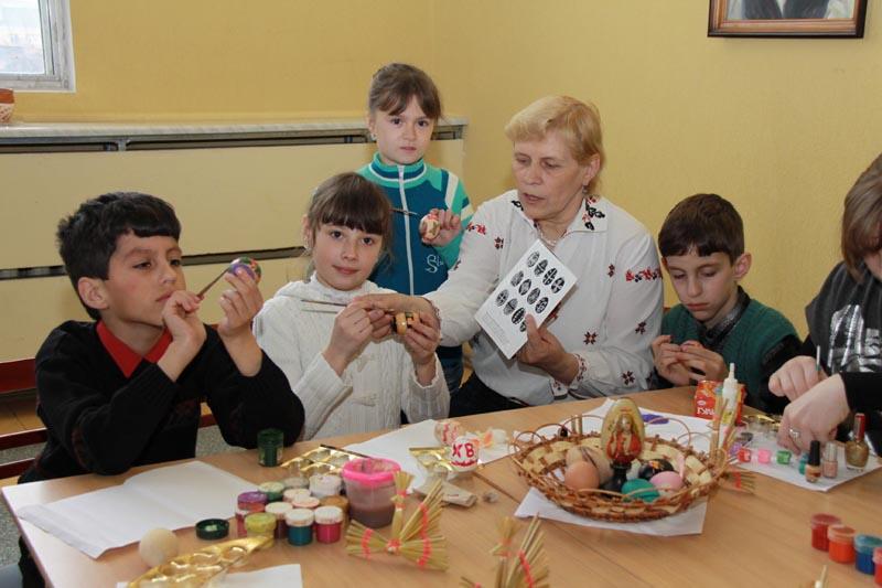 Научит красить пасхальные яйца народный мастер Республики Беларусь Мария Кулецкая