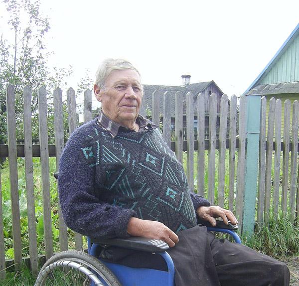 Уроки мужества: Николай Горейко с  д. Хорьки управляется по хозяйству на инвалидной коляске