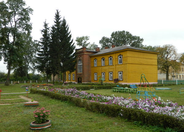 1. 1896 г., здание 38 артбригады, сейчас - детсад