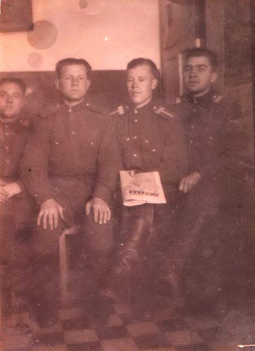 5. малодшы камандны склад на палітзанятках. У цэнтры старшына М.Я.Боценко.1950г
