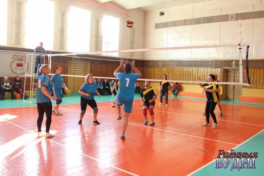 На валейбольнай пляцоўцы прадстаўнікі Столінскага і Баранавічскага раёнаў
