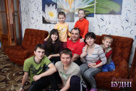 Согреть любовью, научить примером. Семья Дехтяриков из Ружан успешно воспитывает приемных деток