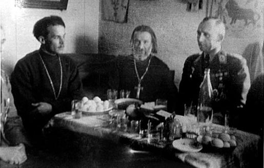 Злева направа: святары Анатоль Кунцэвіч, Пётр Самайловіч і маёр Эміль Альберт Генрых Пауль Хербст.