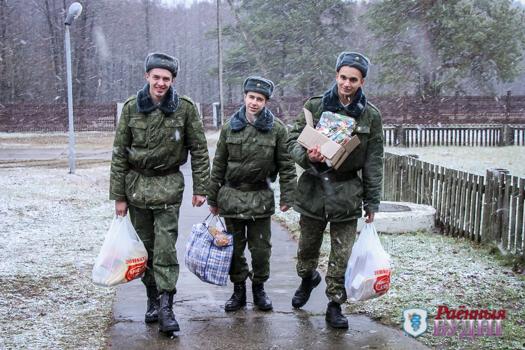 З навагоднімі падарункамі ваеннаслужачыя тэрміновай службы пружанцы Аляксей Сямёнаў, Дзяніс Крохалеў і Кірыл Вакульскі.