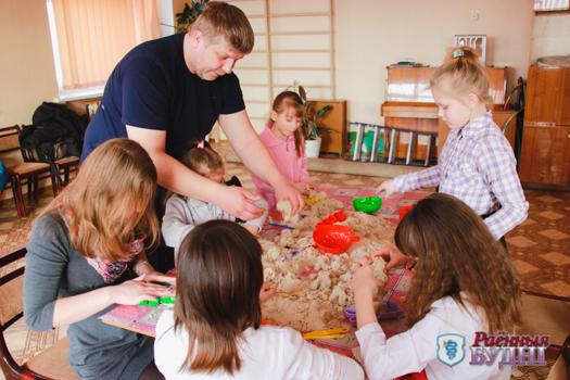 Благодаря предпринимателям из Слобудки дети из приюта поиграли с песком. Инновационным!