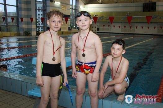 Маленькие, но с медалями. Пружанские юные пловцы соревнуются друг с другом и со своими результатами