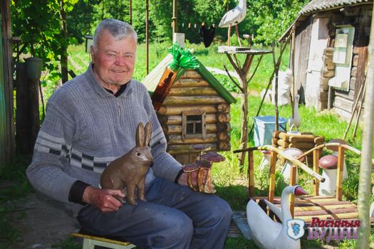 Зайцы, зубры и олени.  Житель Ярошевичей уже 30 лет вырезает зверей из дерева