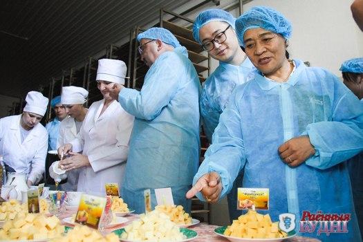 Тибетцы познакомились с предприятиями агропромышленного комплекса района и попробовали пружанский сыр