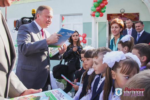 Премьер-министр РБ Андрей Кобяков поздравил учеников Линовской СШ с началом учебного года и подарил школе два телевизора