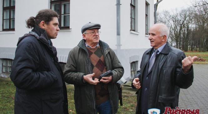 Научные сотрудники палацыка проконсультировали известного краеведа, историка, писателя, ученого Анатолия Гладыщука