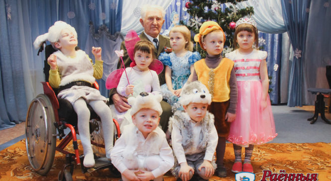 Ветеран Великой Отечественной войны Иван Алекумов передал подарок детсадовцам