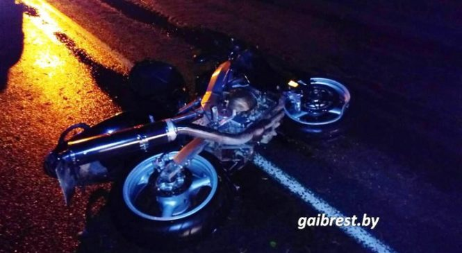 На улице Пушкина пьяный мотоциклист врезался в легковой автомобиль