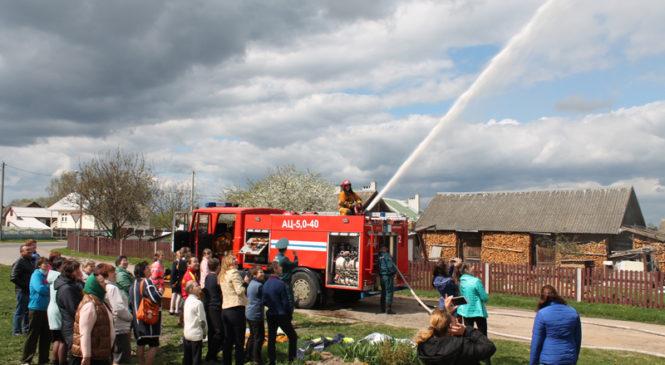 Сотрудники РОЧС встретились с жителями Великого села и продемонстрировали возможности пожарной техники