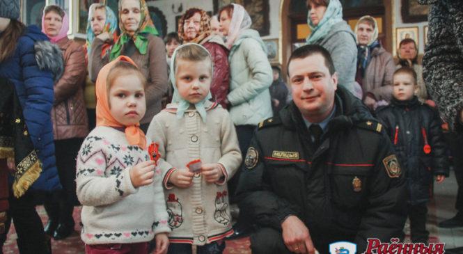 Сотрудники ГАИ раздали детям фликеры в … церкви