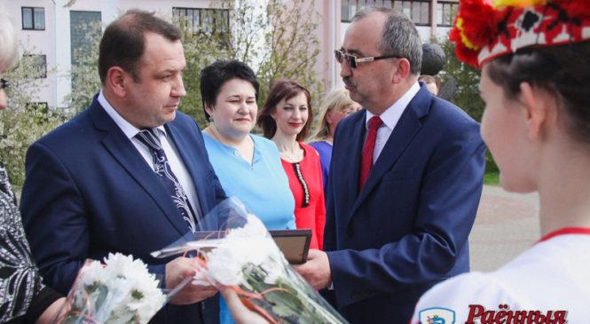 К Первомаю в Пружанах наградили лучших работников района, занесенных на Доску почета