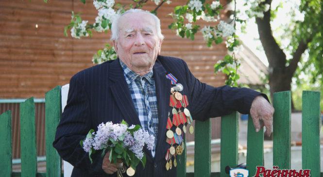 Ушел на фронт добровольцем, участвовал во взятии дачи Геринга, получил ранение.  93-летний ветеран Владимир Жук рассказал, как сражался за Победу