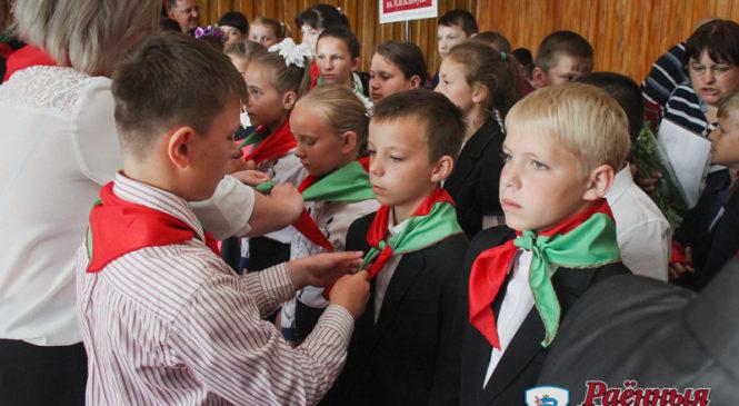 300 юных пружанцев стали пионерами в день 95-летия пионерского движения