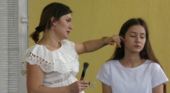 В «Юниор-эрудит-клубе» визажист Юлия Вакульская провела мастер-класс