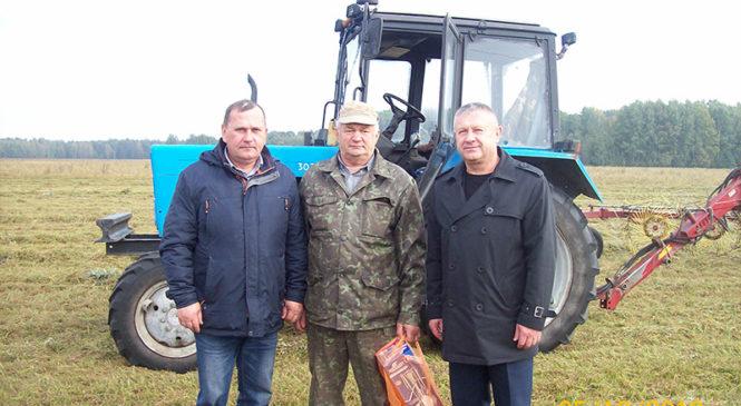 Оператор машинного доения и тракторист ОАО «Великосельское Агро» получили подарки от райкома профсоюза работников АПК