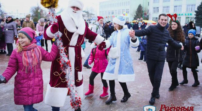 В Пружанах прошел традиционный парад Дедов Морозов