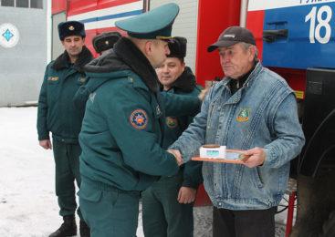 В Ружанах наградили мужчину, который во время пожара спас соседку