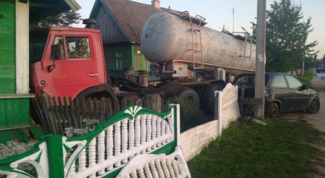 В Великом селе «Камаз» ударил «Опель», снес забор и врезался в дом