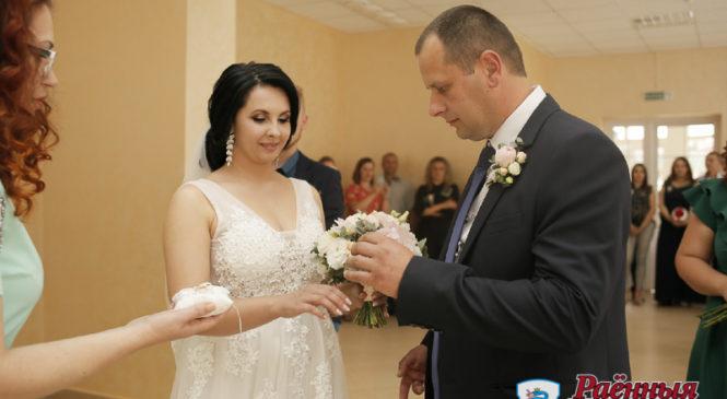 Сотыми молодоженами в этом году стали Анна Лукьянчук и Дмитрий Жук. Совет да любовь!