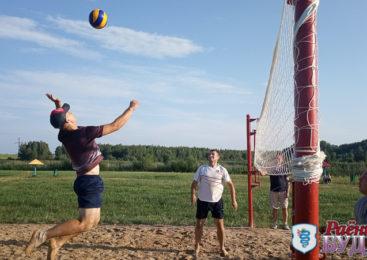 На городском озере прошли соревнования по пляжному футболу и волейболу