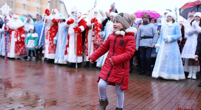 Дождь не помешал традиционному пружанскому Параду Дедов Морозов