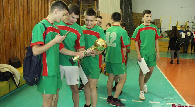 Девушки из СШ №5 и юноши из СШ №3 выиграли Кубок города по волейболу