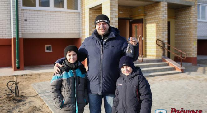 13 семей уже получили ключи от квартир в новом доме на улице Рокоссовского