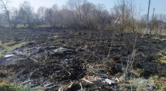 Жители продолжают сжигать сухую траву, не соблюдая правил безопасности