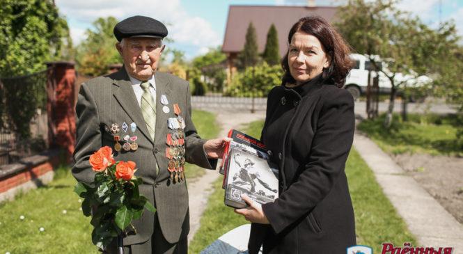 Ветеран Иван Алекумов передал библиотеке книги о войне