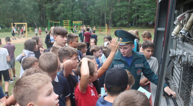 В гостях у ребят из лагеря «Дубок» побывали сотрудники РОЧС и районного центра гигиены и эпидемиологии