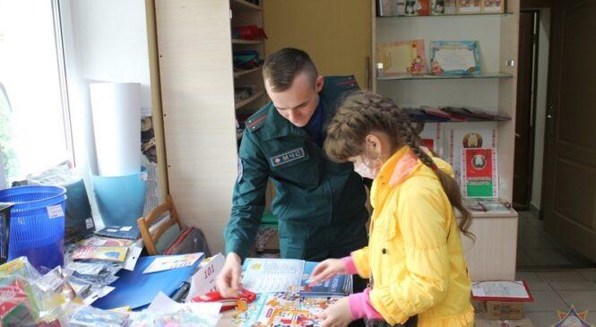 В новый учебный год — безопасно! Работники Пружанского РОЧС посетили магазин канцтоваров и напомнили о правилах безопасности
